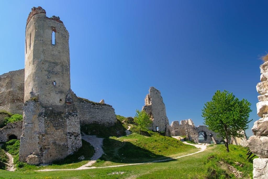 ruiny-zrucanina-cachticky-hrad-historia-architektura
