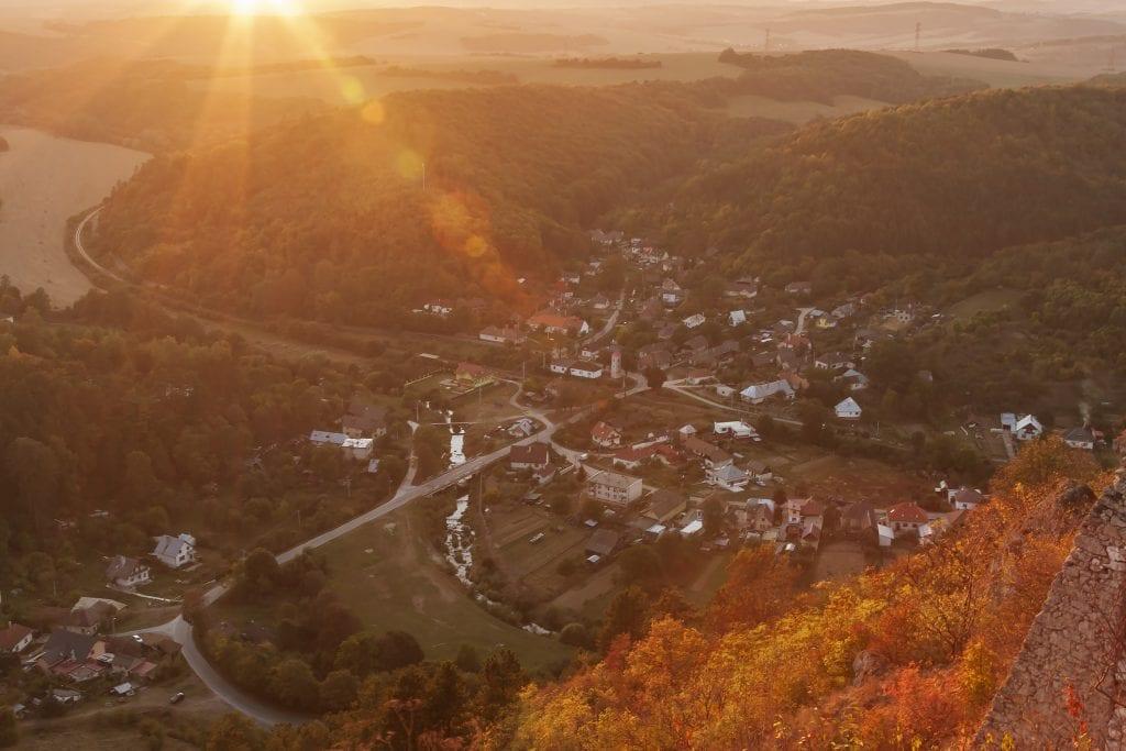 cachtice-hradu-cachtice-obec-zapad-slnka-priroda