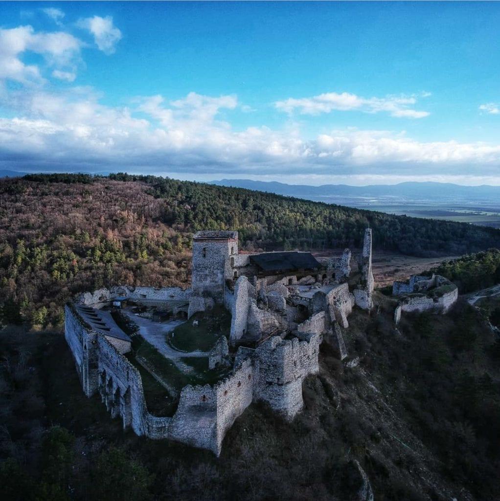 cachticky-hrad-zrucanina-ruiny-priroda-kopec-les-vyhlad