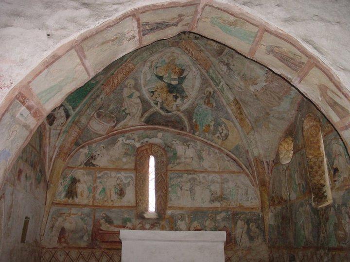 ludrova-kostolik-templarske-malby-umenie-presbyterium