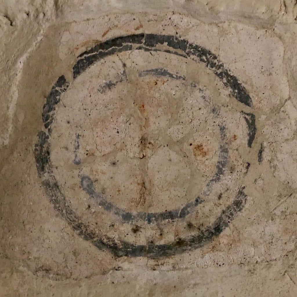 templarske-symboly-kriz-ludrova-kostolik-stena-malba