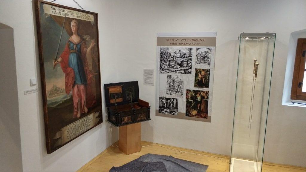 truhlica-katov-dom-trencin-neresti-citaty-latincina-obraz-vitrina-muzeum