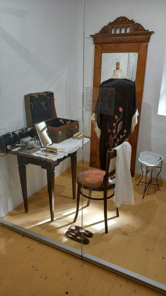 kozmeticky-kufrik-stolicka-stol-zrkadlo-muzeum-trencin-kozmetika