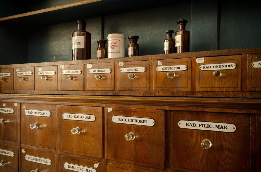 lekaren-nabytok-skrinky-lieky-jedy-liecive-byliny-flasticky-muzeum