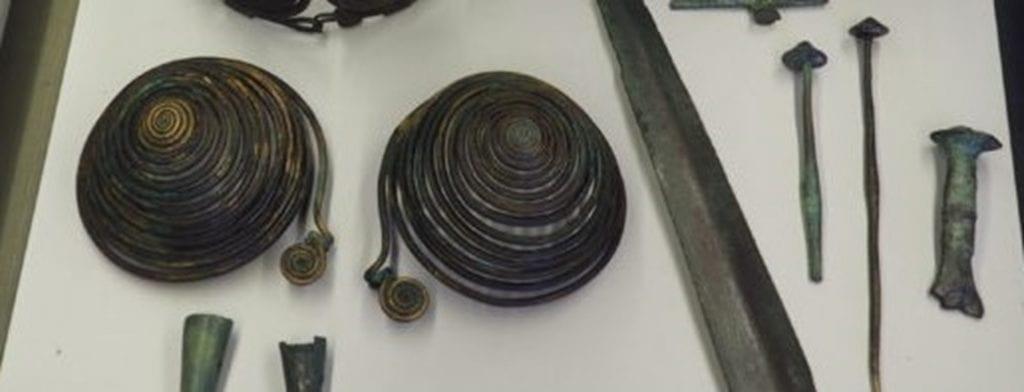 oravsky-hrad-podprsenka-doba-bronzova-spony-sperky-zbrane