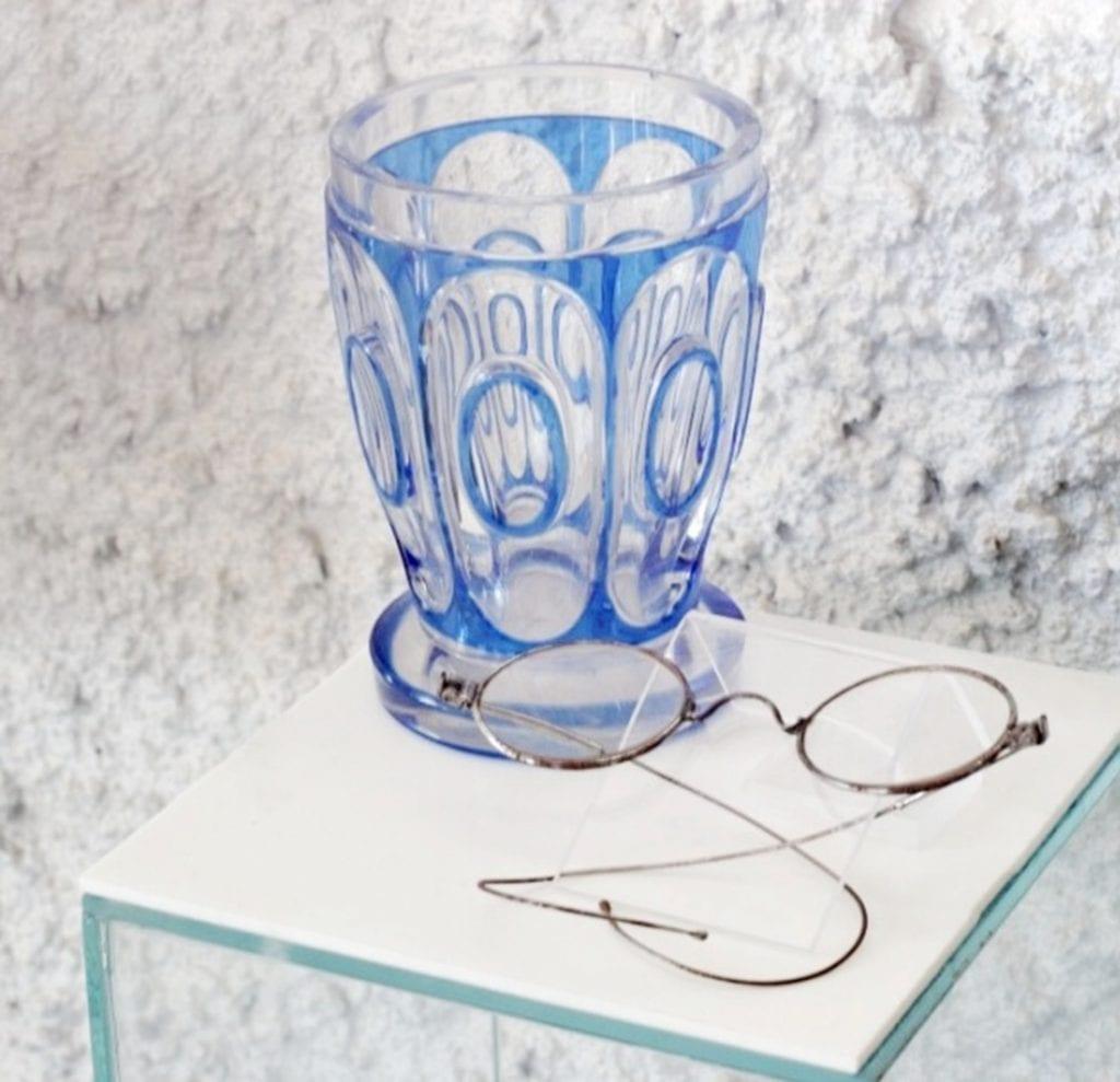 lennonky-okuliare-slovenske-literarne-muzeum-pohar-vitriny-exponaty