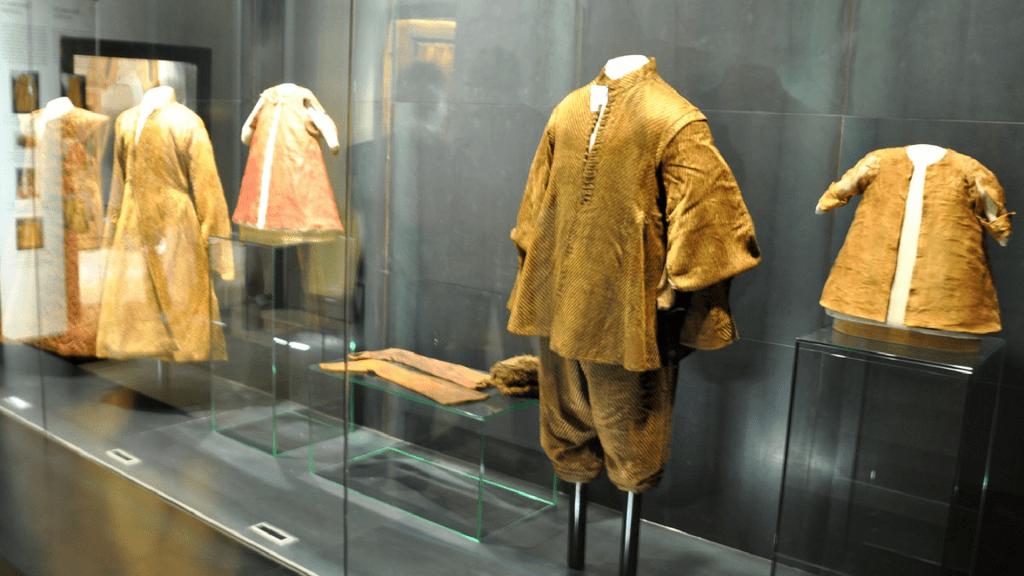 historicke-textilie-vitrina-exponaty-pohrebne-odevy-deti-juraj-thurzo