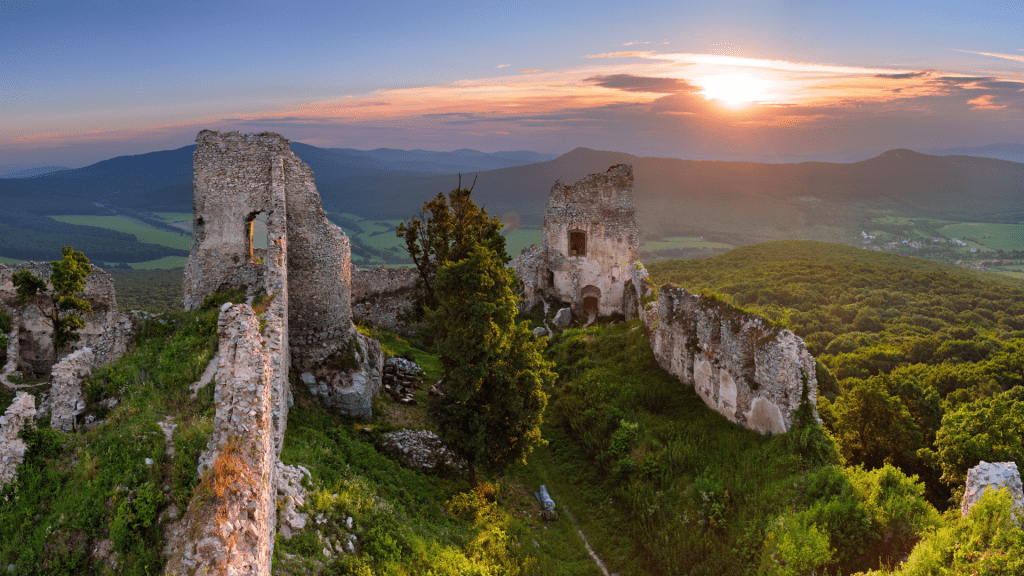 zrucanina-hradu-gymes-pohorie-tribec-lesy-stromy-hradby-zapad-slnka