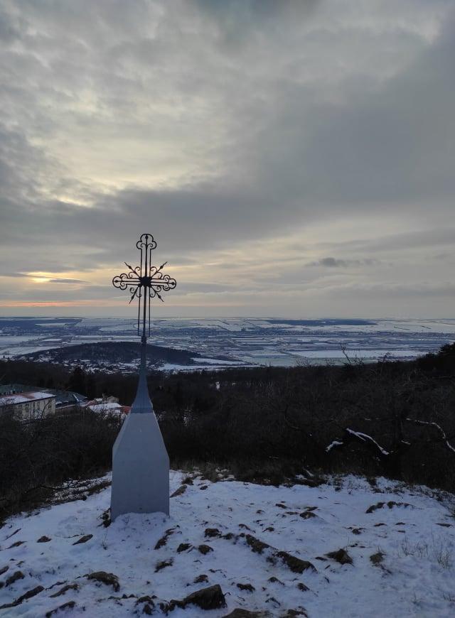 pohorie-tribec-nitra-vyhlad-obloha-stromy-lesy-kriz