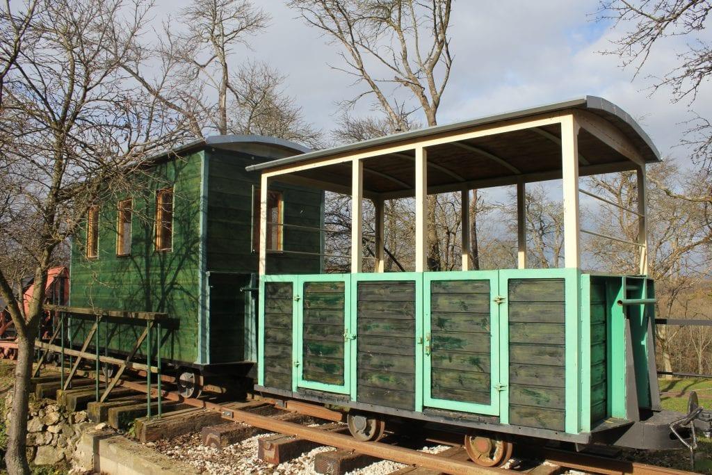 lesna-zeleznica-vlak-vagony-stromy-historia-atrakcia