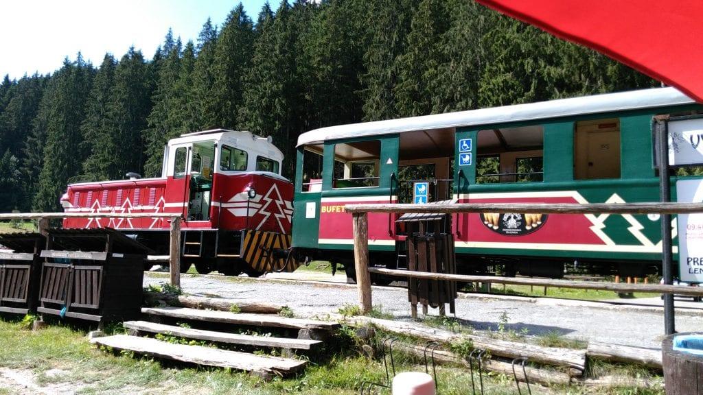 ciernohorska-zeleznica-lokomotiva-vagony-atrakcia-les-kolajnice-stanica
