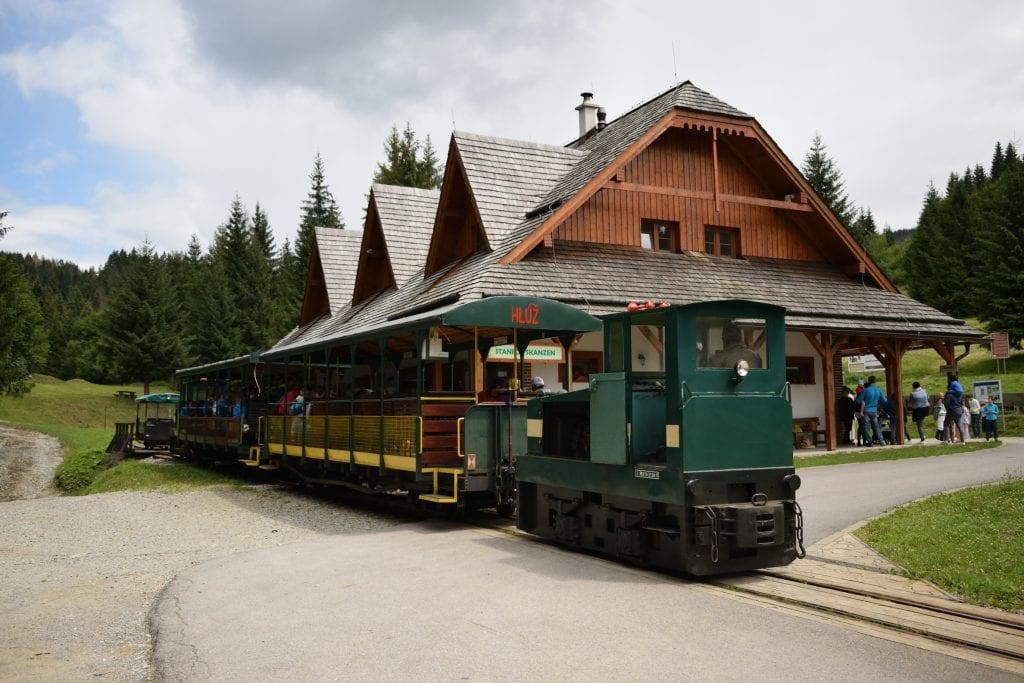 lesna-uvratova-zeleznica-vychylovka-muzeum-skanzen-kysuckej-dediny-vlak