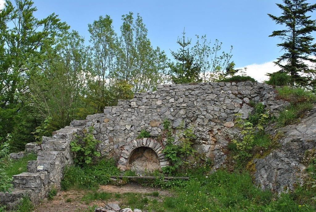 liptovsky-hrad-zrucanina-mur-stromy-obloha-trava-skaly