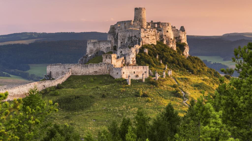spissky-hrad-zrucanina-kopec-vyhlad-zapad-slnka-trava-stromy