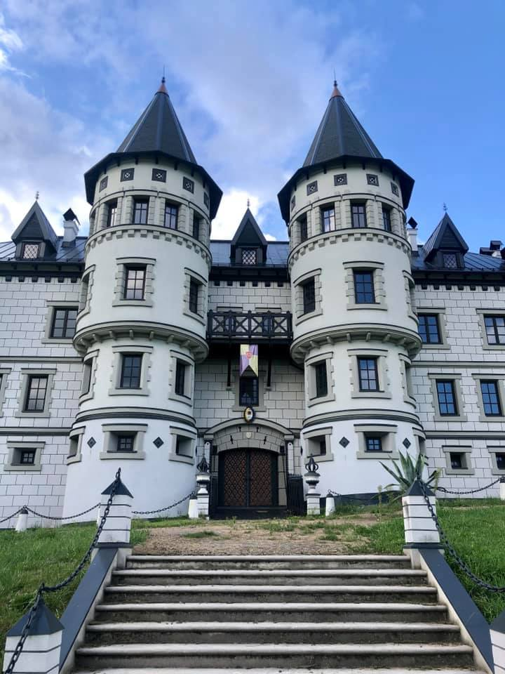 hrad-marcus-novodoby-hrad-schody-veze-mur-okna-obloha