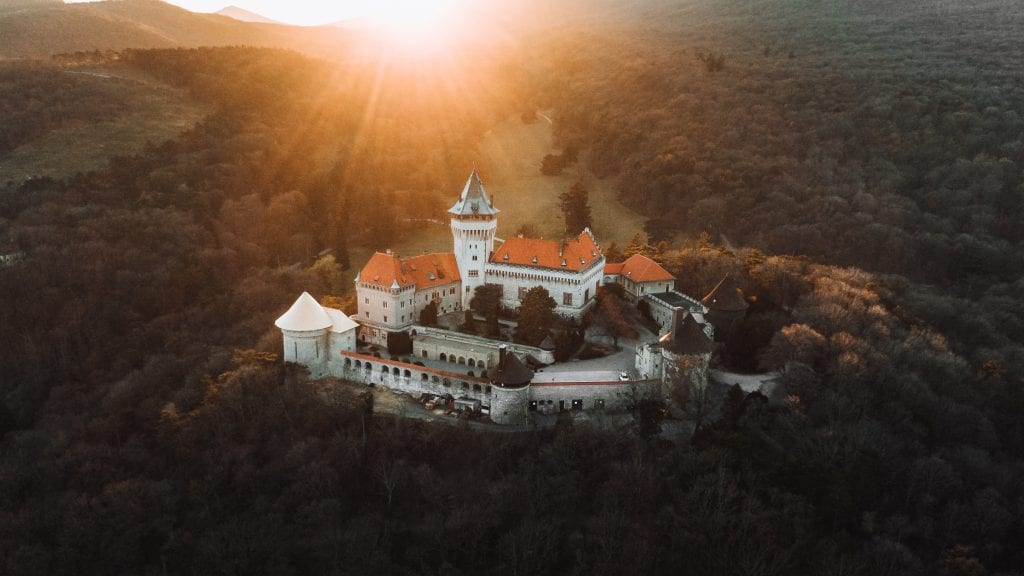 smolenicky-zamok-hrad-lesy-kopec-veza-mury-slnko-luky