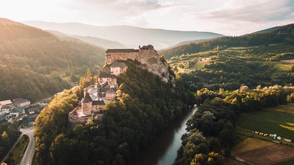 oravsky-hrad-skala-lesy-kopce-orava-slnko-skala-rieka