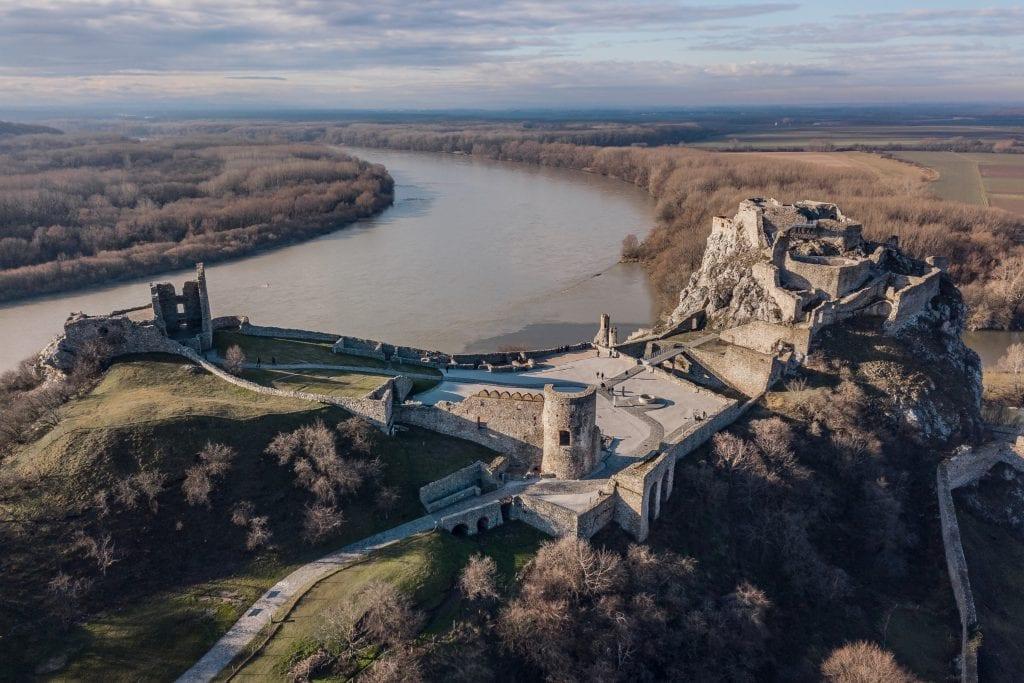 hrad-devin-rieka-dunaj-zrucanina-stromy-pobrezie-skala