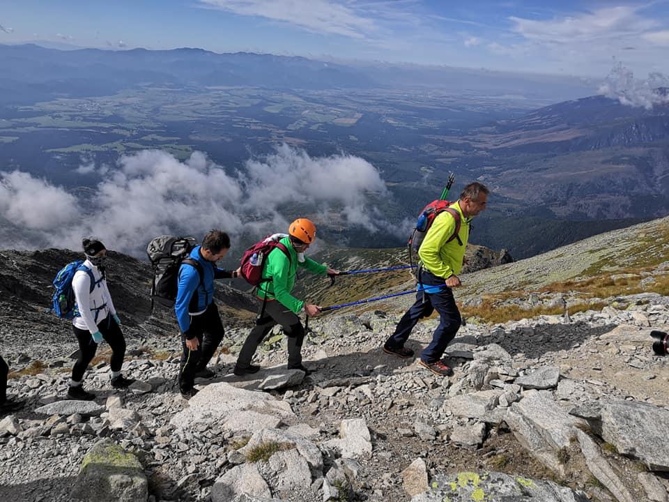vystup-turisti-pavol-keri-vyhlad-krivan-hory-oblaky