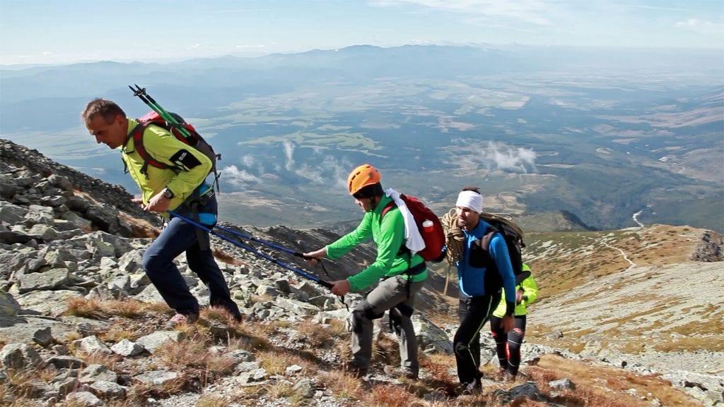 turisti-vyhlad-dolina-kopec-hory-skaly-krivan