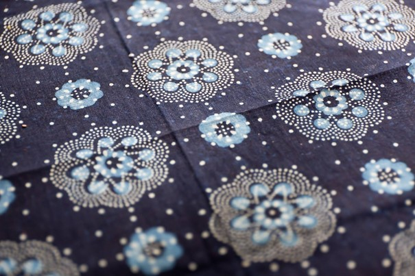 latka-modrotlac-ornamenty-kvety-platno-vzory