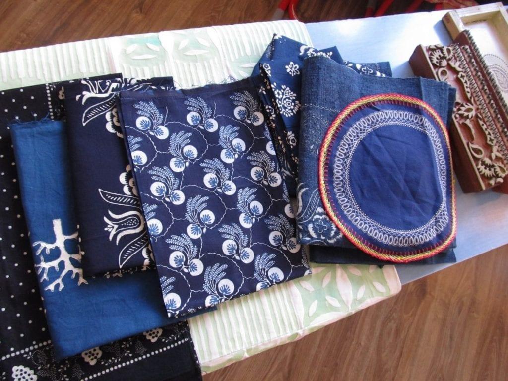 latky-ukazky-modrotlace-ornamenty-stol-naradie