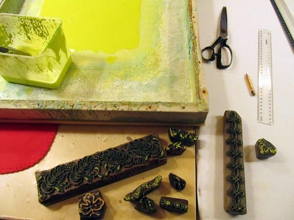 forma-odtlacanie-vzoru-ornamenty-farbenie-noznice-vyroba-modrotlace